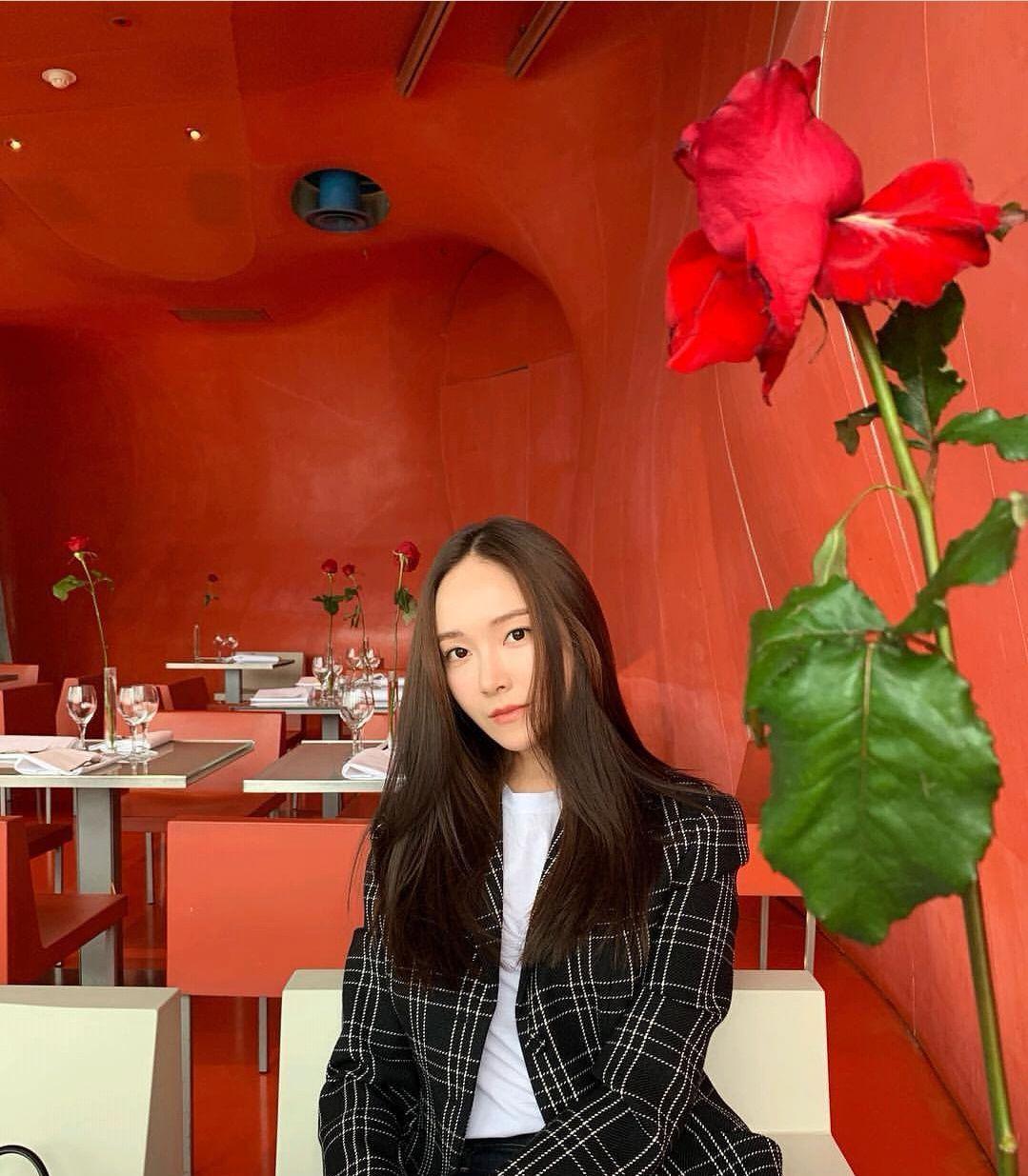 郑秀妍的巴黎时装周:出彩装扮力压众韩星,工作享受两不误