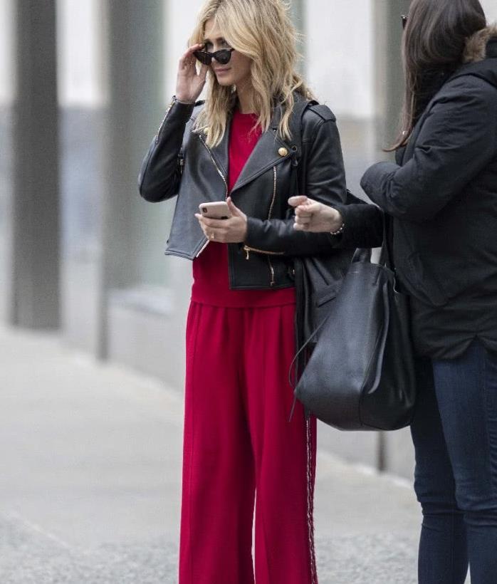 澳洲歌手黛尔塔·古德莱姆街拍,短款皮衣 酒红色套装,潇洒随性