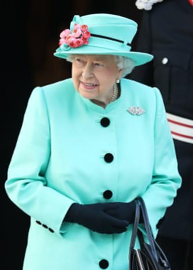 奶奶式的招牌微笑,92岁的英国女王明年春天将迎来第八个重孙