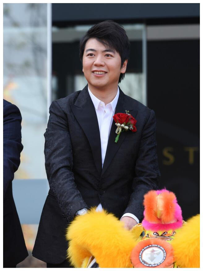 """""""钢琴王子""""郎朗出席品牌钢琴活动,笑容迷人宛如王子"""
