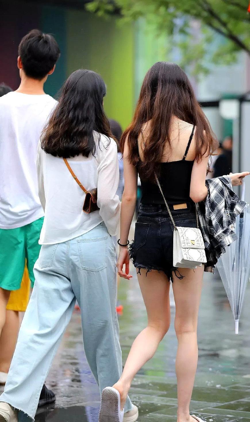 街拍:前凸后翘的美女,穿搭时尚潮流,这样的身材很让人喜欢