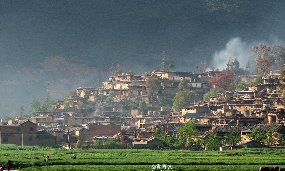 云南有个村庄,600多户人家的房子连成一片,像蜂巢一般