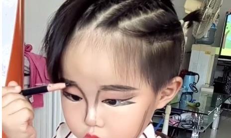 3岁小女孩偷妈妈化妆品化妆,网友直呼这也太会化了吧!