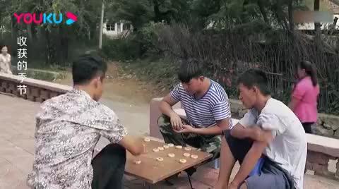 文松正在下象棋,谁料找他的美女一个接一个,文松立马飘了!