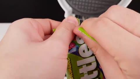 把一堆彩虹糖放进电饼铛里,你猜彩虹糖会变成什么样?