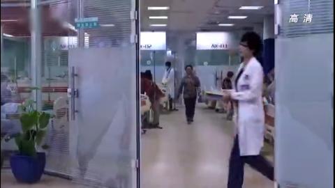 急诊女医生带着实习医生工作,女医生只顾工作实习生累趴都不知道