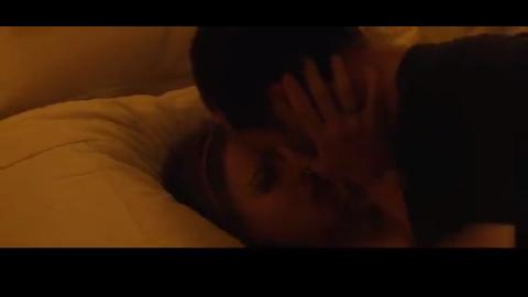 男女参加聚会,结果两人抱起亲热,直接亲到了床上