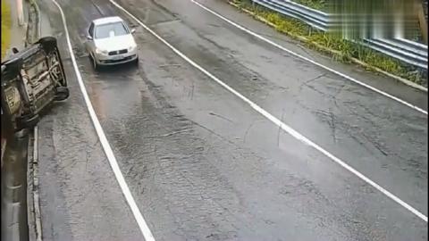 要不是监控拍下,轿车司机估计自己都不知道经历了什么