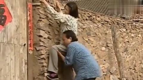 村妇大白天的关门拉窗帘,邻居好奇翻墙偷看,不料却看见惊人一幕