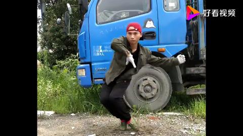 村里小伙挺厉害自学成才霹雳舞跳得真不错