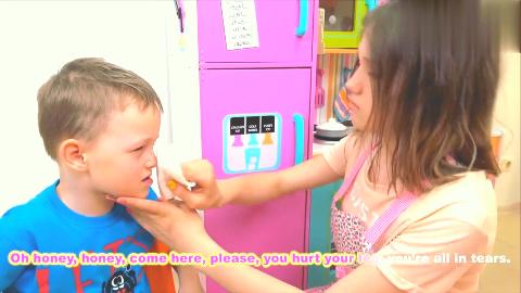 小男孩溜滑梯把膝盖摔伤了,寻找大姐姐帮忙包扎伤口!