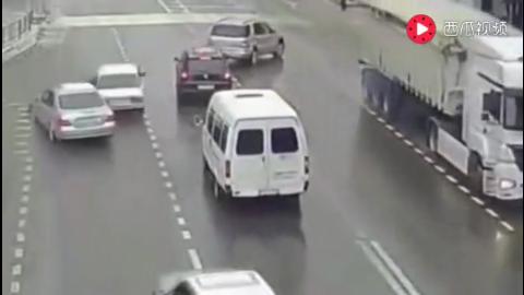 女子骑电动车去上班监控拍下诡异的一幕