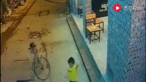男子从后院进入屋内盗窃监控拍下这样一幕