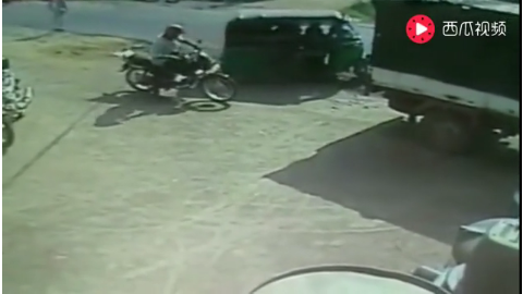 载客三轮正要上路突然遭到后面汽车撞击监控拍下感动的一幕