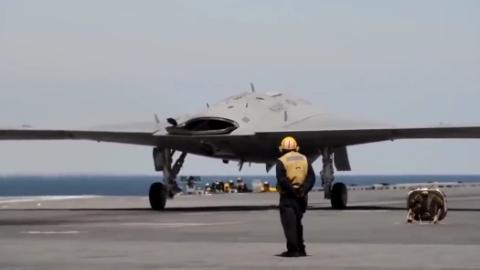 美军首架舰载隐形无人战机X-47B在航母上完成弹射起飞并空中加油