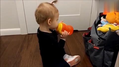 宝宝从行李袋中掏出水杯,自己喝水,厉害了我的宝