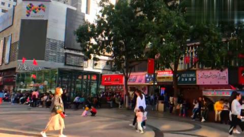 兰州张掖路步行街,偶遇网红在拍视频!