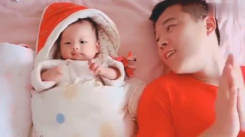 萌娃和爸爸躺在一起,真的好可爱啊