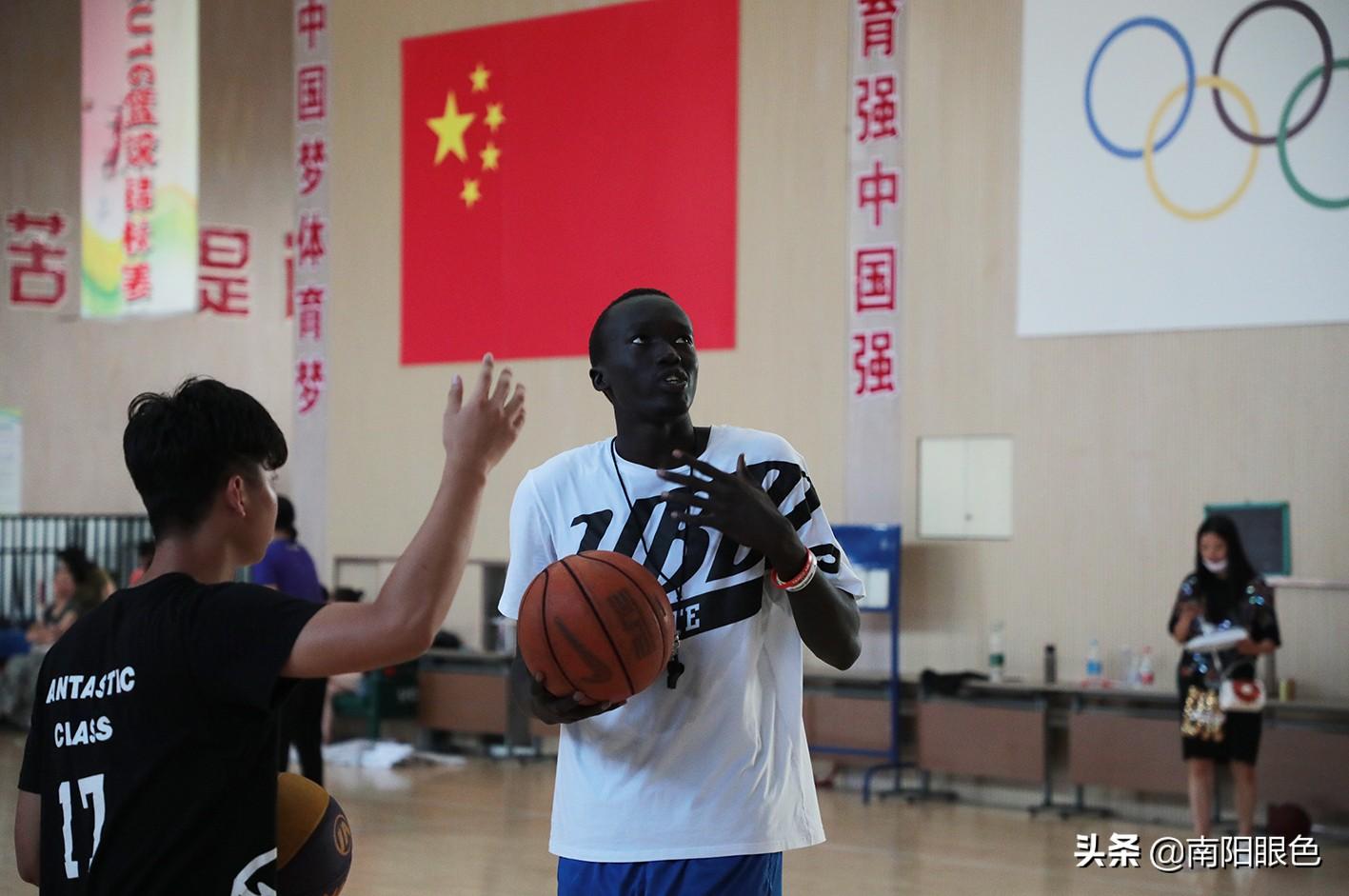 """南阳篮球来了史上第一位""""洋教练"""""""