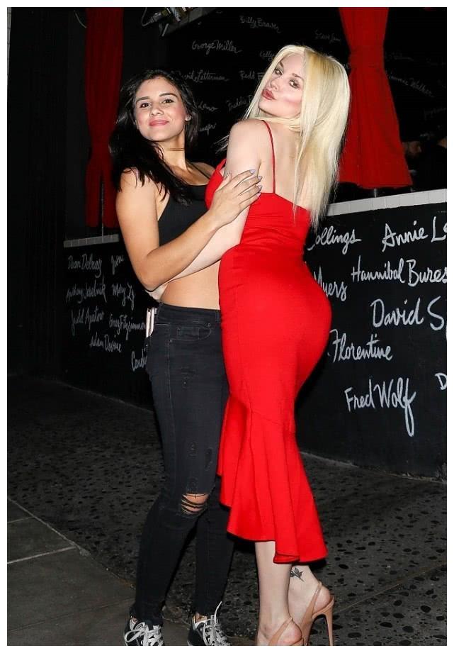考特尼·史达登穿红色吊带裙亮相街头,与朋友拥抱摆pose超吸睛