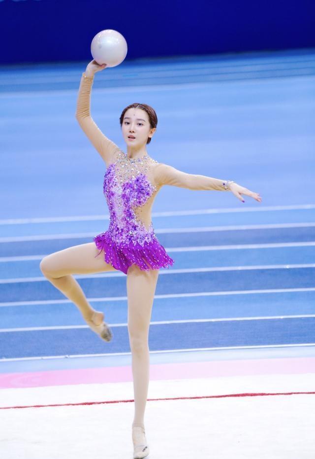 她是新晋的影视小花,十分漂亮,在游泳和艺术体操中夺双冠军