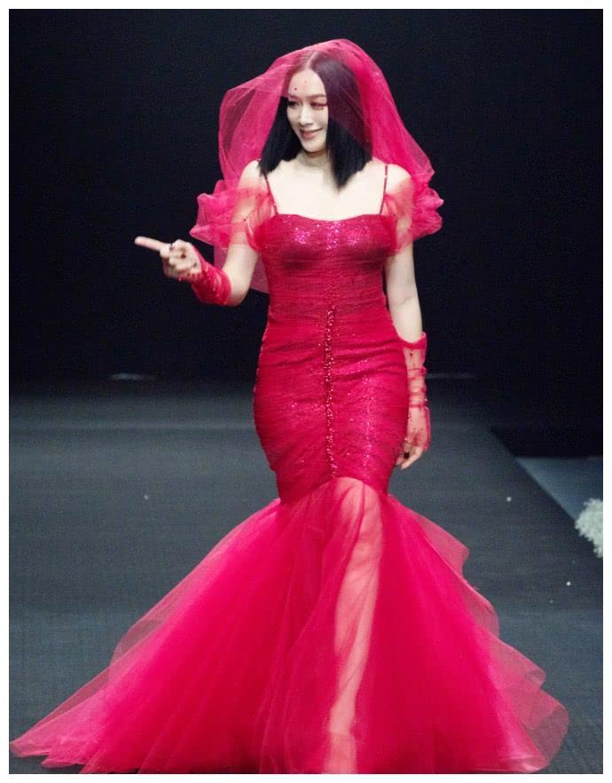 """钟丽缇现身时装周,再次挑战经典人鱼装,不过却成了""""肥金鱼""""!"""