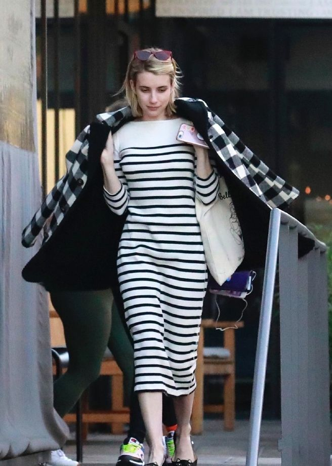 艾玛·罗伯茨太会穿,条纹和格纹也敢一起穿,还很时髦亮眼!