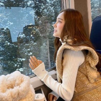 31岁郑秀妍旅行照,白色毛衣+棕色毛绒马甲,优雅大气庄重十足