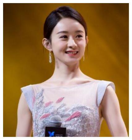 她以副总裁的身份亮相,着装精致优雅,气质非凡!