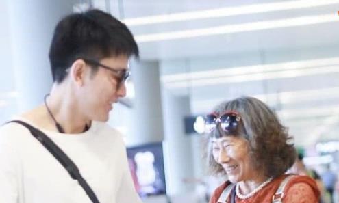 贾乃亮机场偶遇奶奶粉,握手难舍难分,大男孩也害羞了