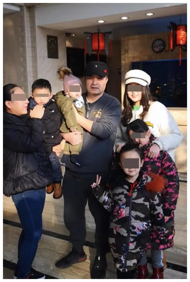 60岁毕福剑被曝生下二胎?抱着幼儿十分有爱,皮肤白皙正面曝光