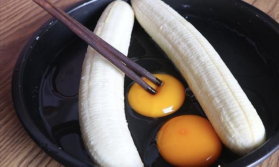 香蕉和鸡蛋这样做太香了,懒人做法,简单一搅一蒸,好吃不上火