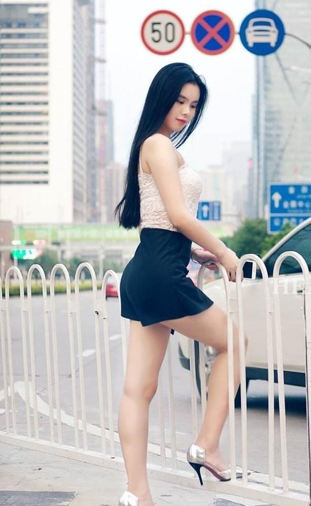 街拍:身材丰腴、白皙娇艳,黑色短裤+蕾丝吊带衫,美艳不可方物