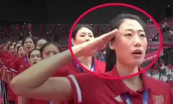 颁奖典礼上,中国女排刘晏含和袁心玥的动作,为啥和别人不一样?