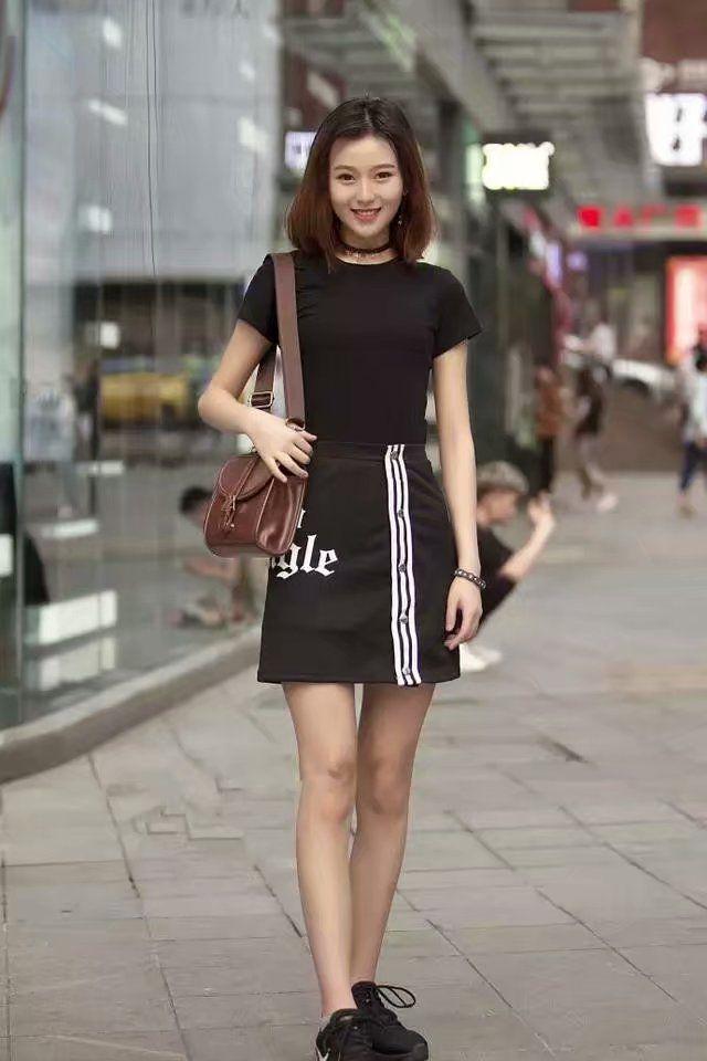 街拍:美女黑色短裙的穿搭,凸显完美身材,你更喜欢哪一款呢?