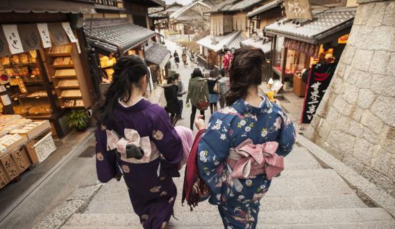 中国游客参拜日本神社,留下许多中文标牌,网友:崇洋媚外