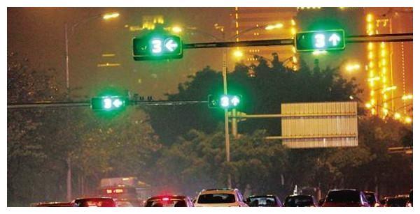自动挡车等红灯时,能否一直D档踩刹车?这样做才会更加安全