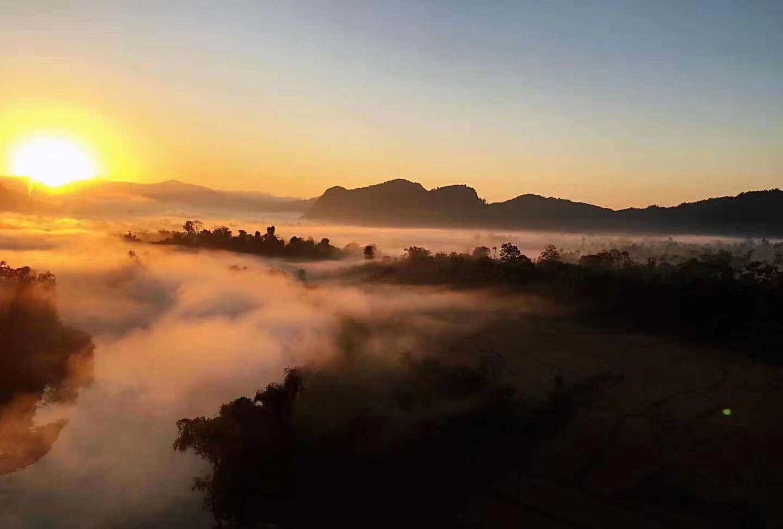 没有冬天的万荣清晨,日出、云雾缭绕勾画出的仙境