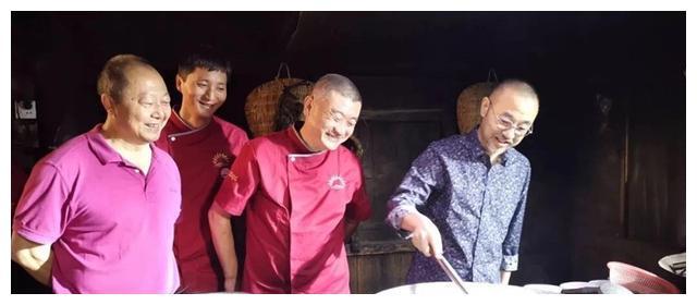 著名主持人刘仪伟来到兴文县v美食美食纪录片天天汤包灌美食图片