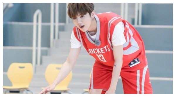 娱乐圈中会打篮球的男明星,吴亦凡鹿晗不算啥,在蔡徐坤面前