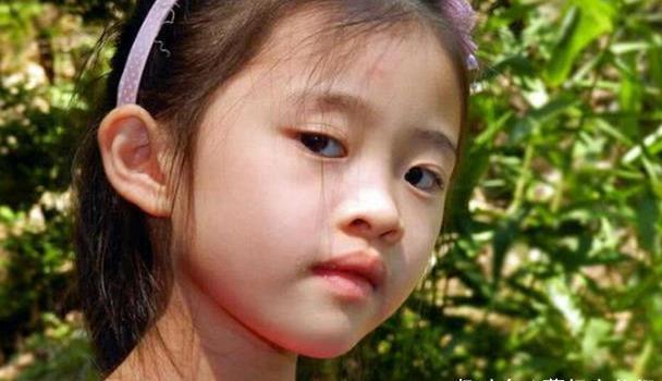 为让女儿赢在起跑线,母亲带娃去整容,两年后双眼皮却变三眼皮?