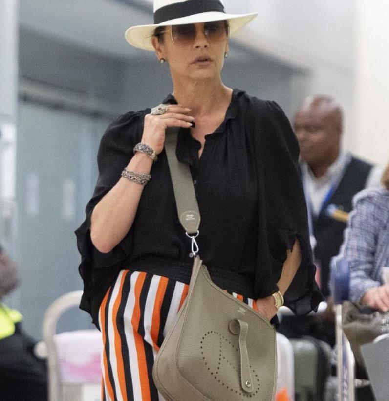 凯瑟琳·泽塔-琼斯机场街拍,黑色衬衫 彩色条纹长裙,气场强大