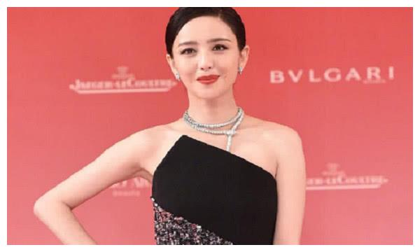 佟丽娅亮相上海电影节,穿着打扮惊艳观众,与岳云鹏水下吻戏曝光