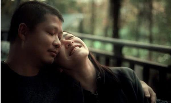 姚晨晒与老公结婚七周年,依偎在曹郁肩膀幸福感十足