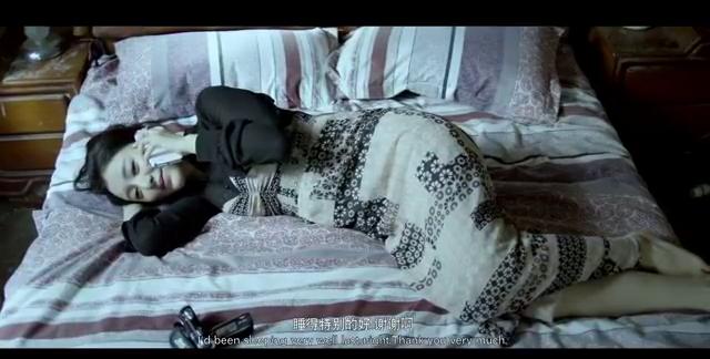 美女早晨醒来,发现床前多了双鞋,打开摄像机发现了陌生男子