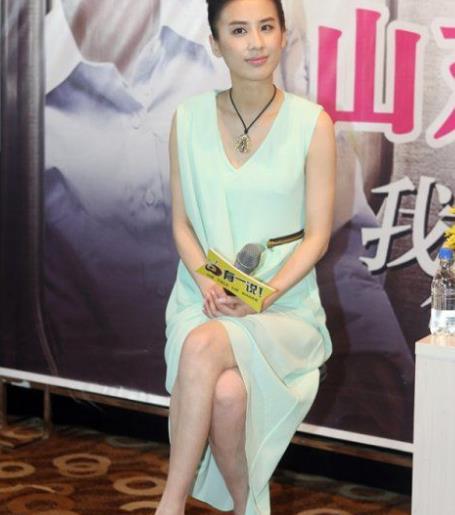 黄圣依难得性感一次,一袭亮片吊带裙出席活动惊艳全场!