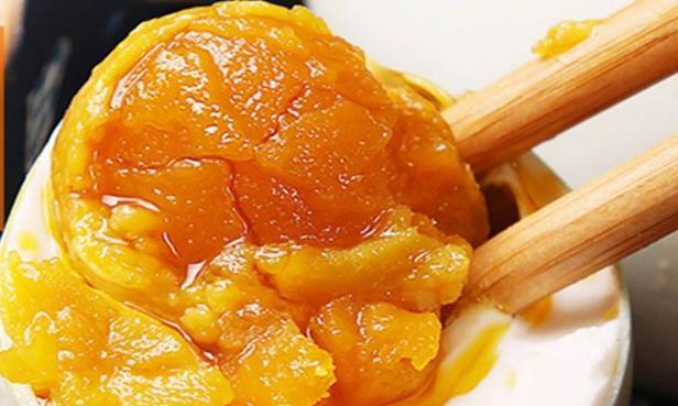 简易腌咸鸭蛋方法,每个都起沙流油,不到10分钟做好一罐,真好吃