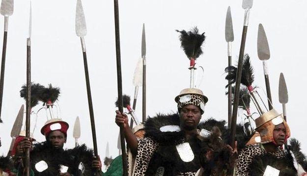 尼日利亚部落王国阅兵仪式,装备落后,现场凌乱