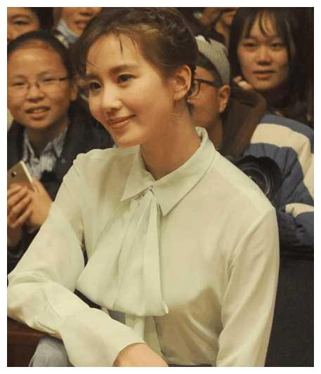 刘诗诗扎麻花辫嫩如17岁少女,这脸是玻尿酸打多了吗?