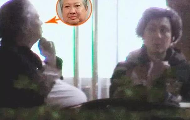 """67岁洪金宝与老婆现身,行动不便坐轮椅""""脾气""""仍火爆"""